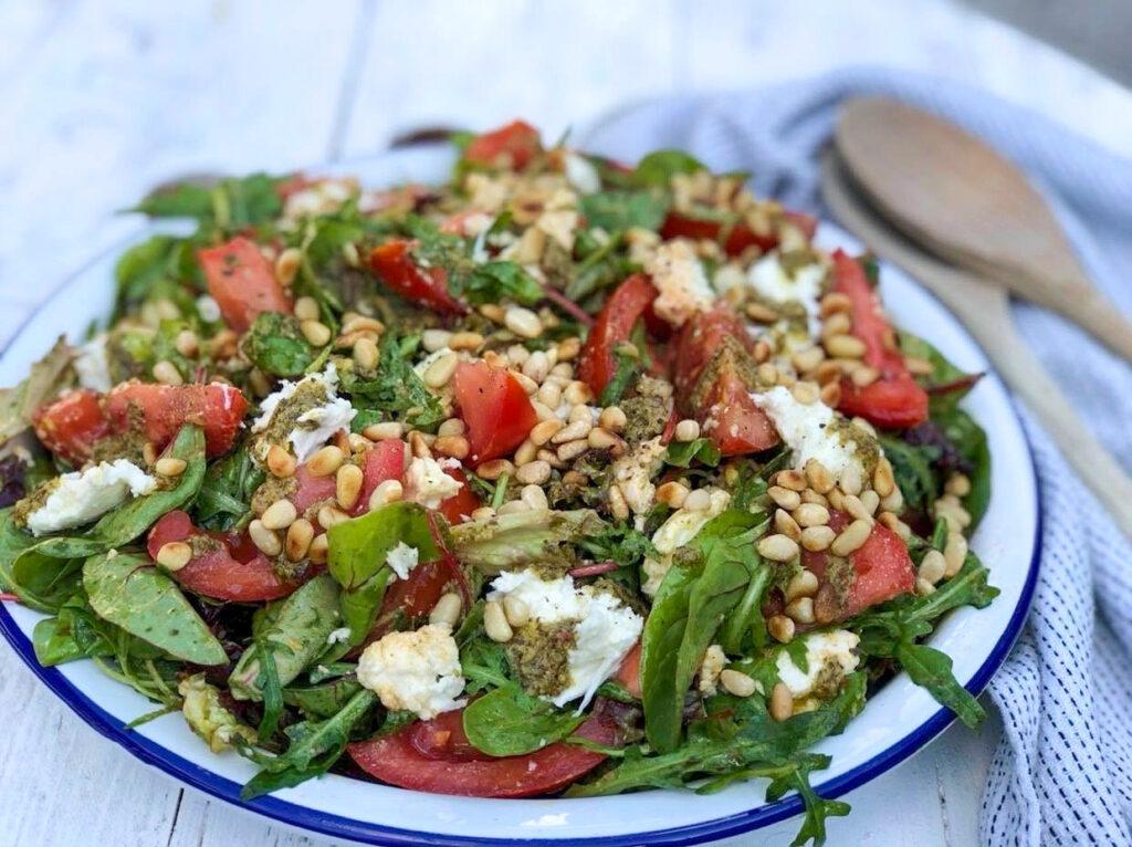 salade caprese met tomaat, mozzarella en pesto