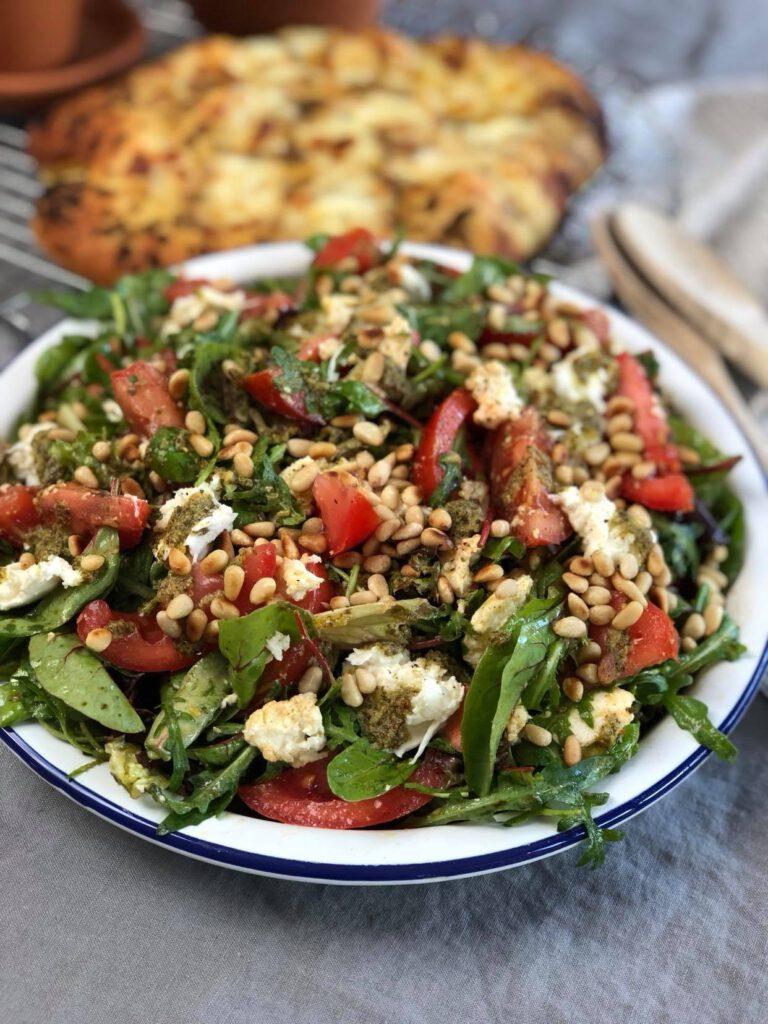 salade caprese met tomaat, pesto, mozzarella en pijnboompitten