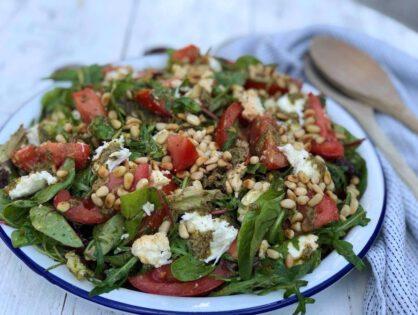 salade caprese met pesto en tomaat