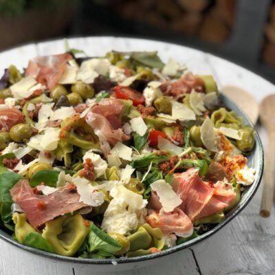 salade met tortellini en rode pesto en proscuitto