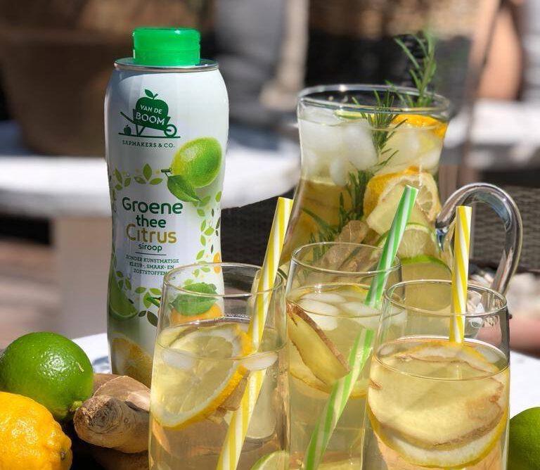 ijsthee limonade met citroen, limoen en gember