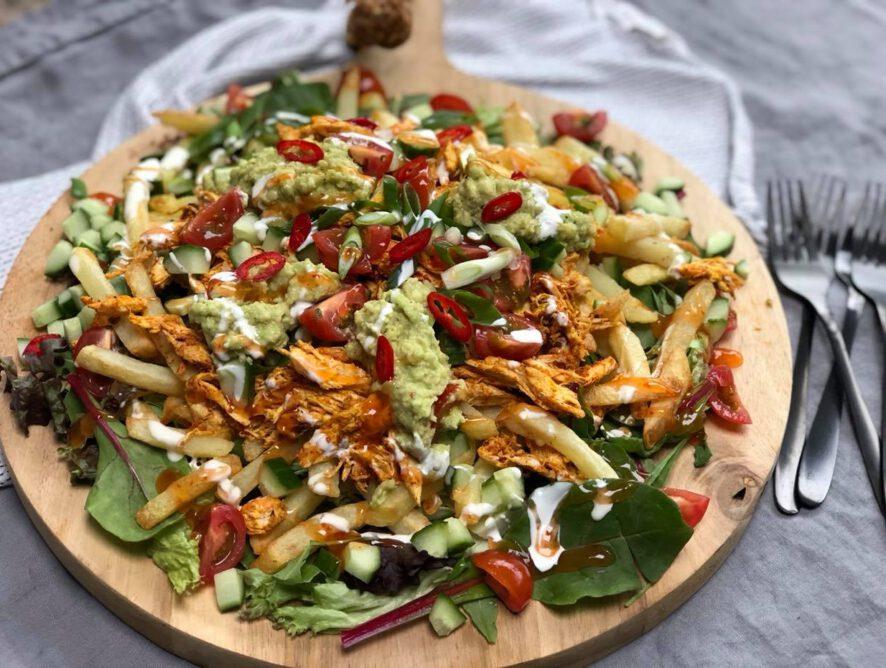 friet met pulled chicken en chilisaus