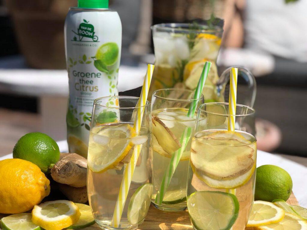 ijsthee limonade met groene thee en citrus