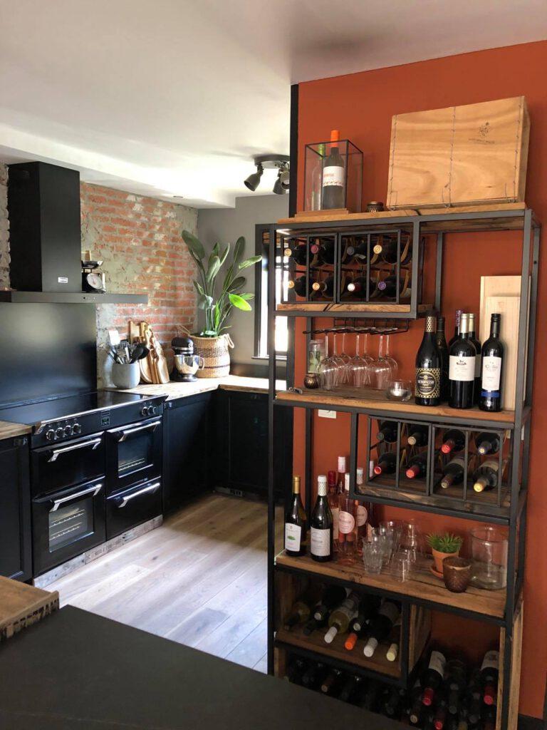 onze keuken met zelfgemaakte wijnkast