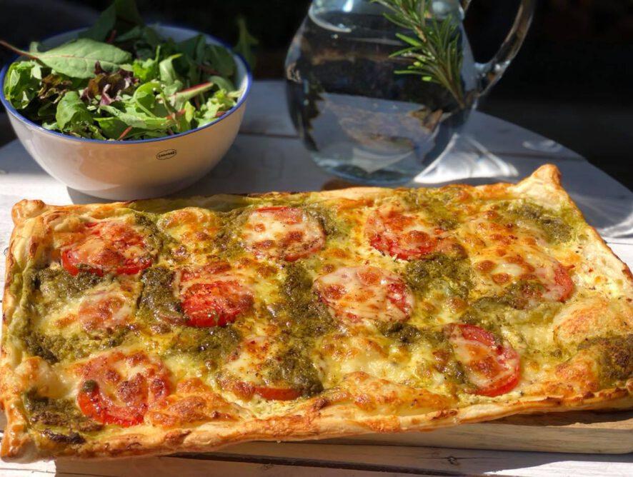 plaattaart met pesto, mozzarella en tomaat