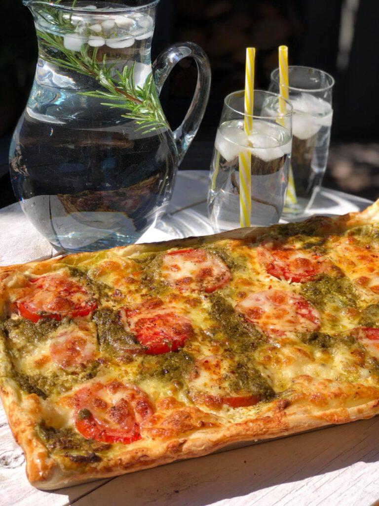 plaattaart met pesto, tomaat en mozzarella