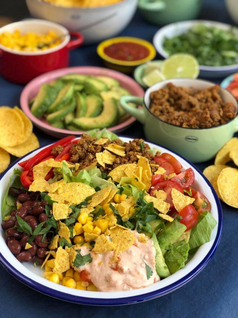 taco salade met kruidig gehakt, bonen en tortilla chips