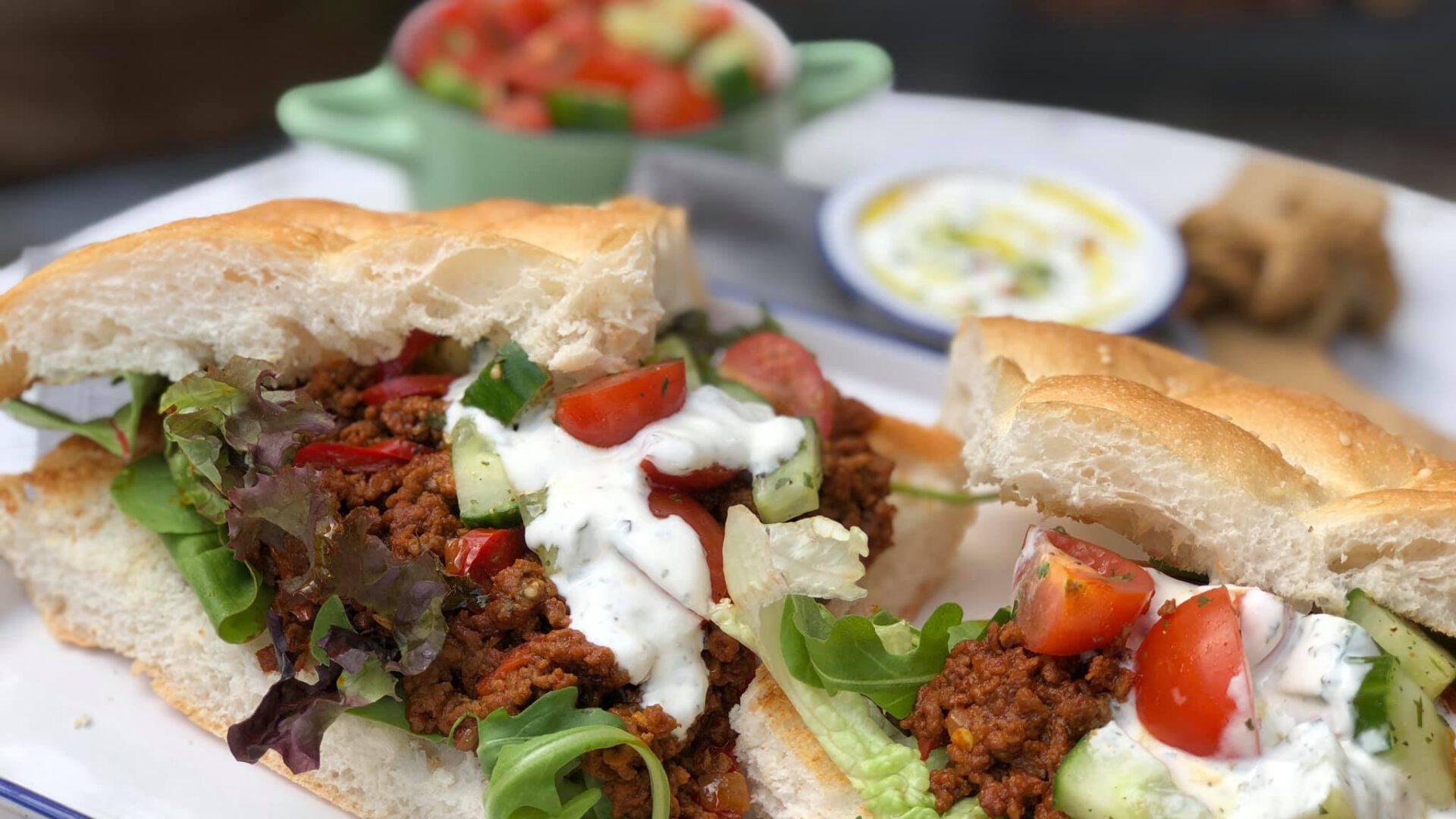 Turks brood met kruidig gehakt, salsa en yoghurtdip