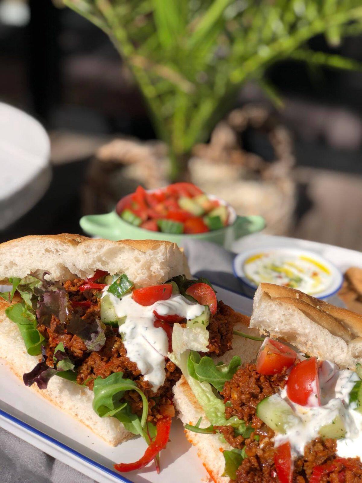 Turks brood met kruidige gehakt, salsa en frisse yoghurdip