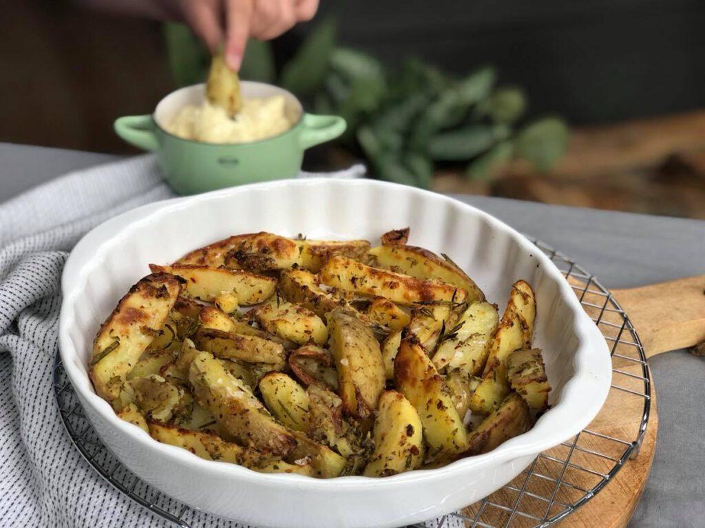 krokante aardappeltjes met citroen uit de oven met knoflook en verse kruiden