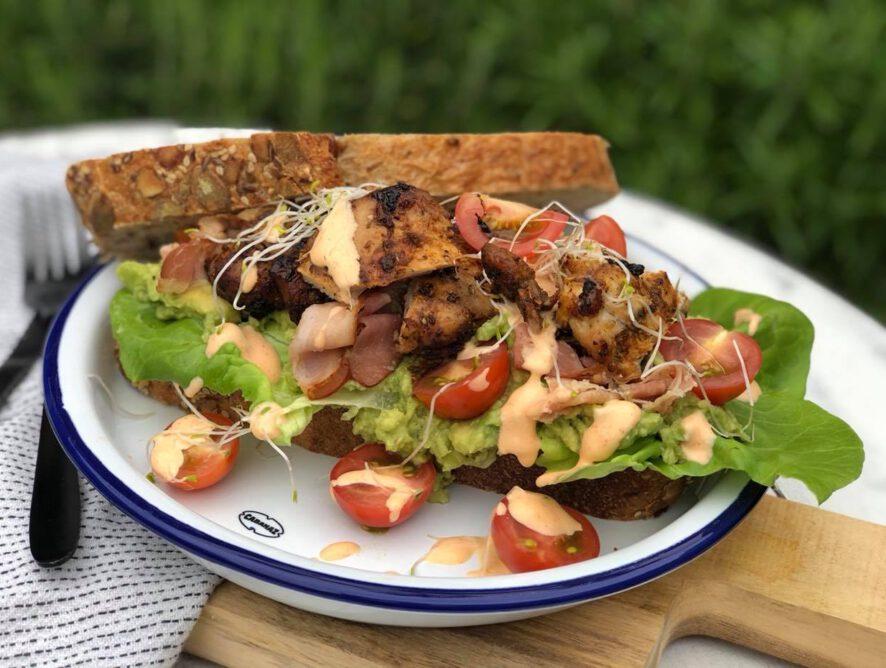 Sandwich met gegrilde kip en sriracha mayonaise