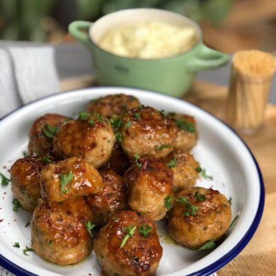 honing knoflook kipgehaktballetjes met zelfgemaakte mayonaise