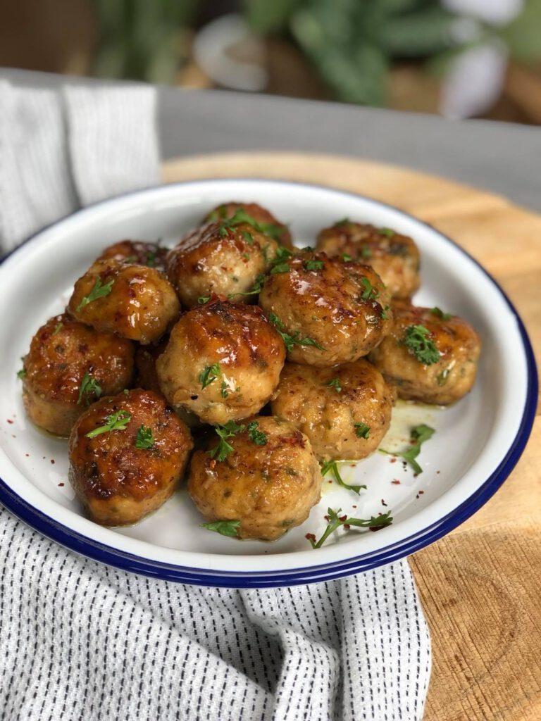 kipgehaktballetjes in honing knoflook saus