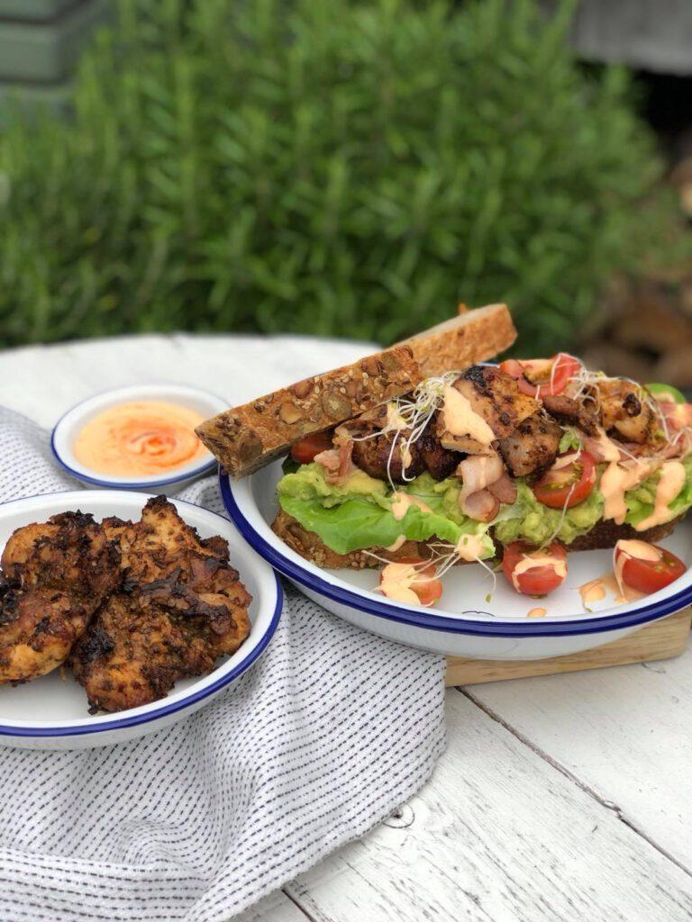 sandwich met gegrilde kip, siracha mayonaise en krokant gebakken spek