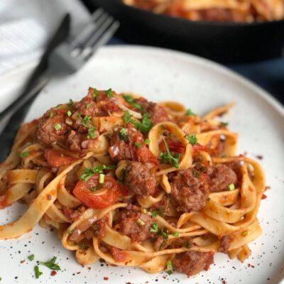 tagliatelle met verse worst in tomatensaus
