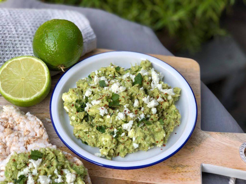 avocado dip met feta en limoen