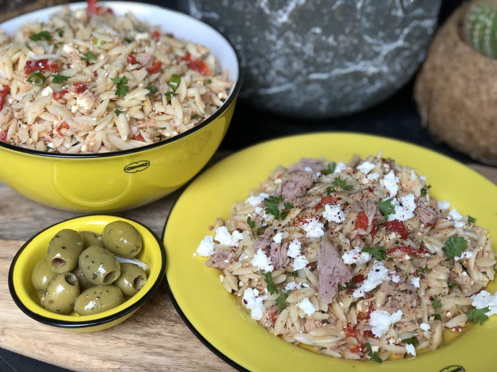 mediterraanse orzo salade met tonijn, paprika en feta