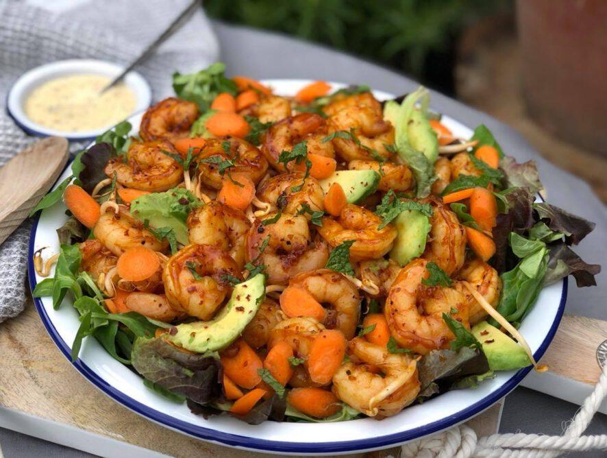 Salade met knoflook honing gamba's