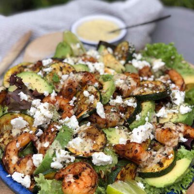 salade met gegrilde gamba's, gegrilde courgette en feta