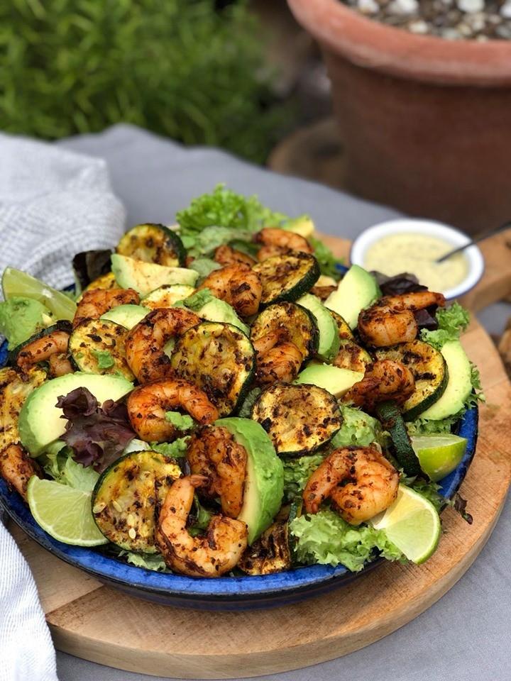 salade met gegrilde gamba's en courgette