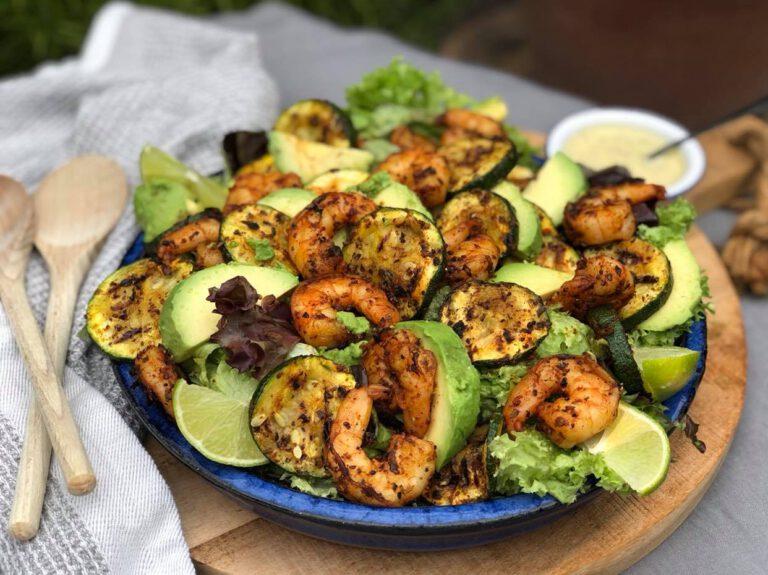 salade met gegrilde gamba's en gegrilde courgette