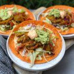 wraps met kruidige kip, sriracha mayonaise en guacamole