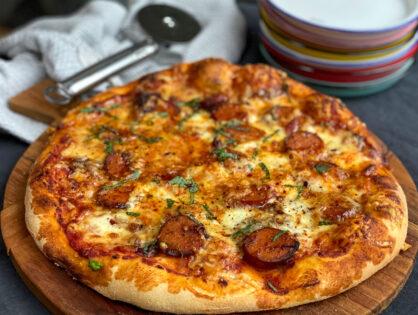 pizza met pittige rookworst en kaas