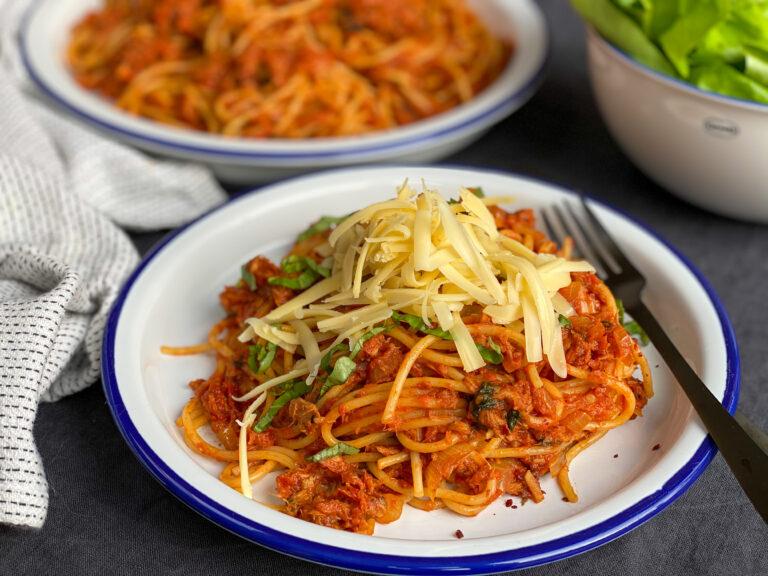spaghetti met tonijn in pittige tomatensaus en extra veel kaas