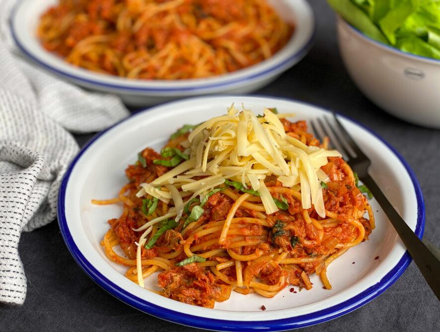 spaghetti met tonijn in pittige tomatensaus