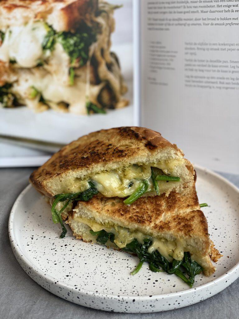kookboek review Vers Deeg, een tosti met kaas, spinazie en pesto
