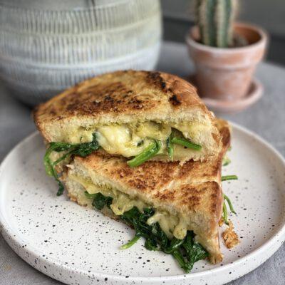 kooboek Vers Deeg review: tosti met kaas, spinazie en pesto