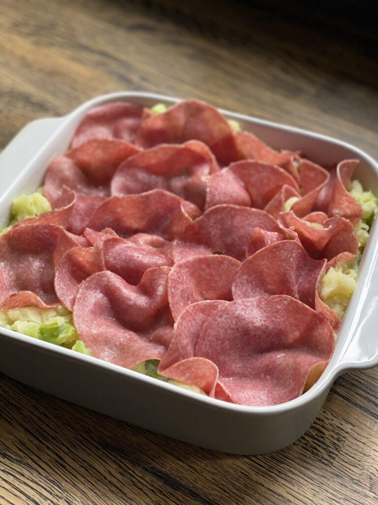 ovenschotel met aardappelpuree, prei, salami en bechamelsaus