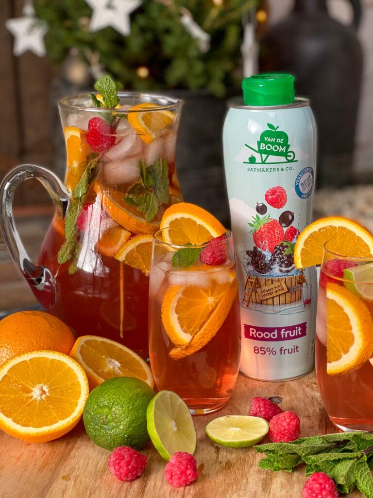fruitpunch gemaakt met rood fruit limonadesiroop van Van de Boom