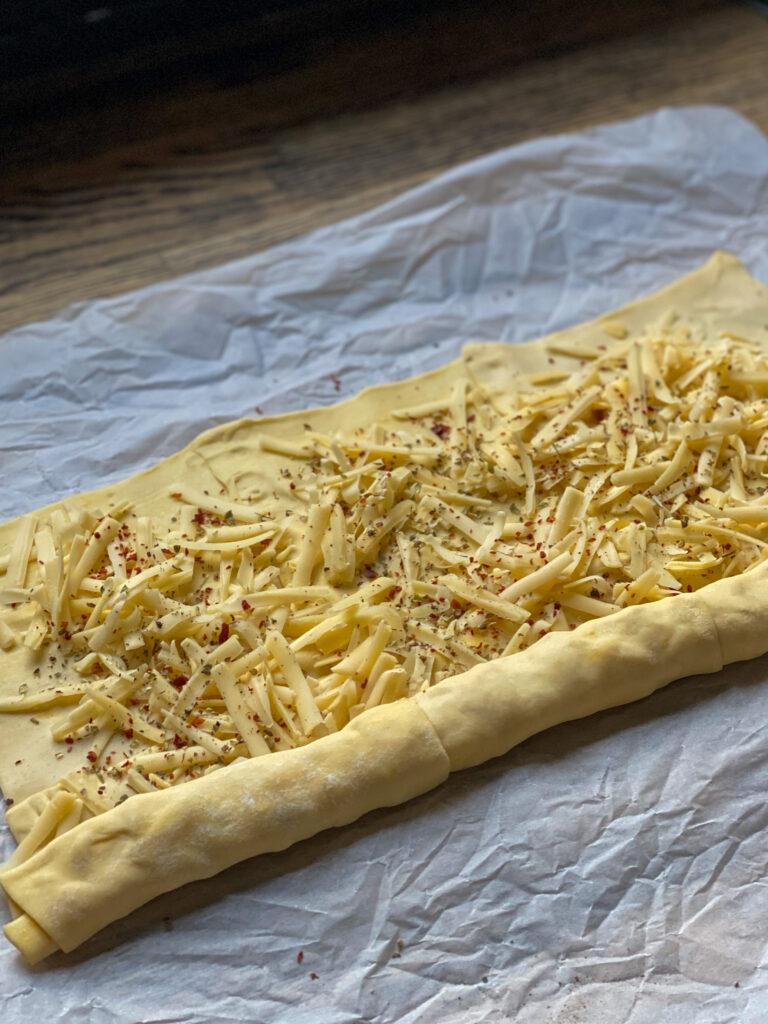 oprollen van bladerdeeg om kaasvlinders te maken