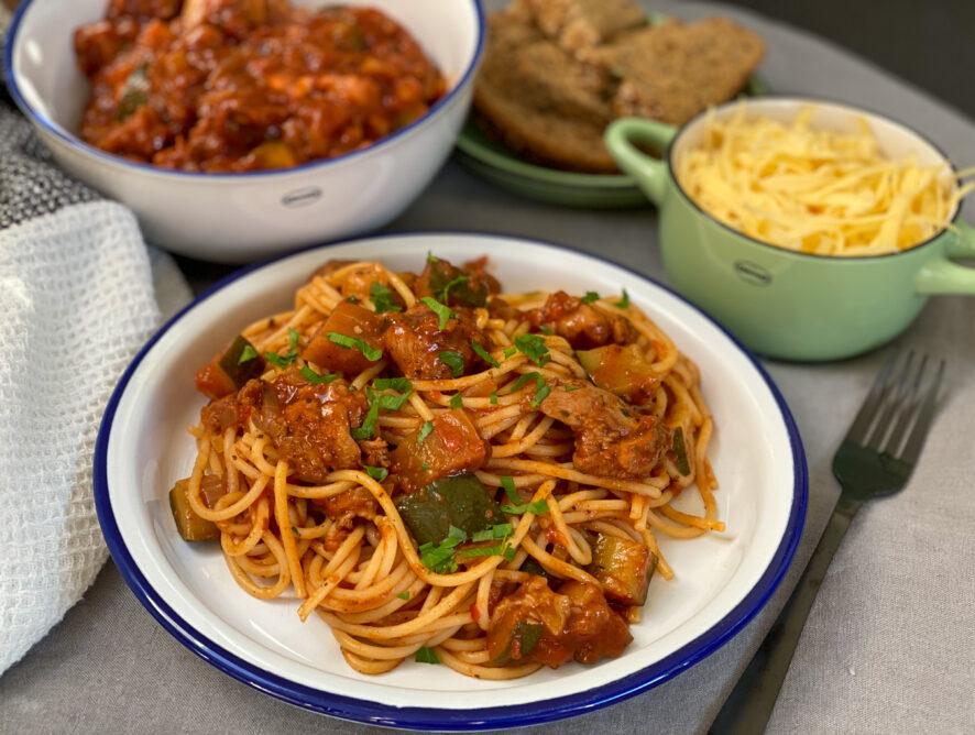Kip stoof in kruidige tomatensaus met pasta