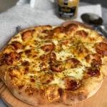 pizza met rookworst en crème fraîche