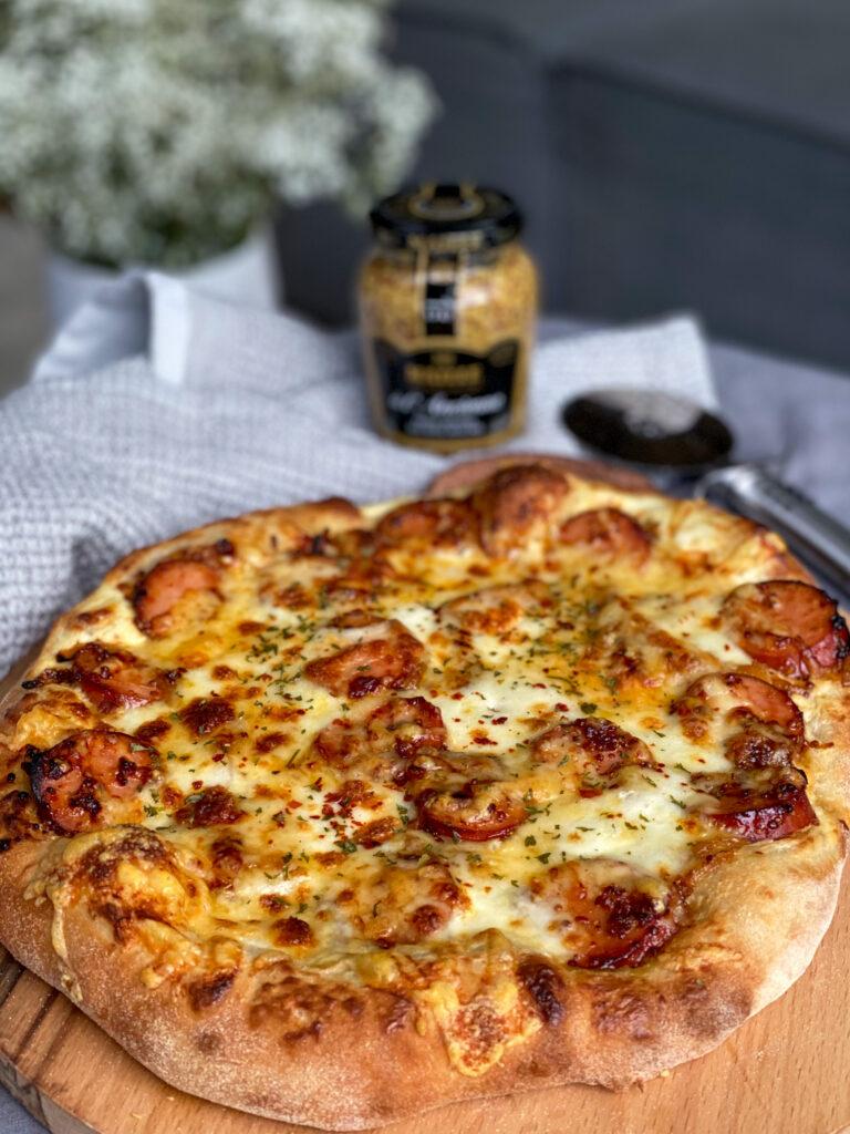 pizza met crème fraîche en rookworst