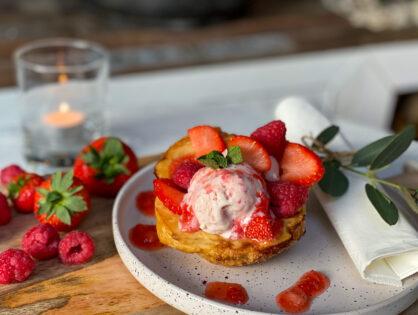 aardbeien-frambozen ijs in bladerdeegbakjes