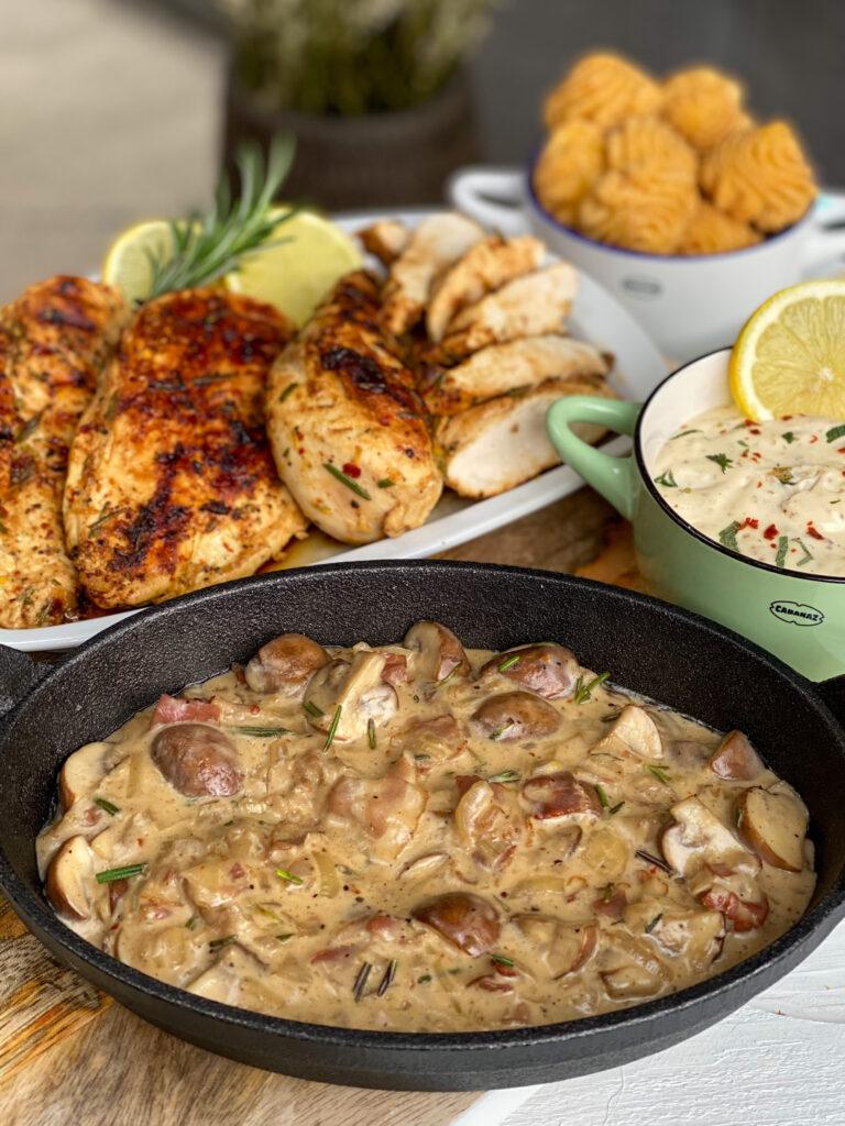 kip met rozemarijn en knoflook geserveerd met champignonsaus
