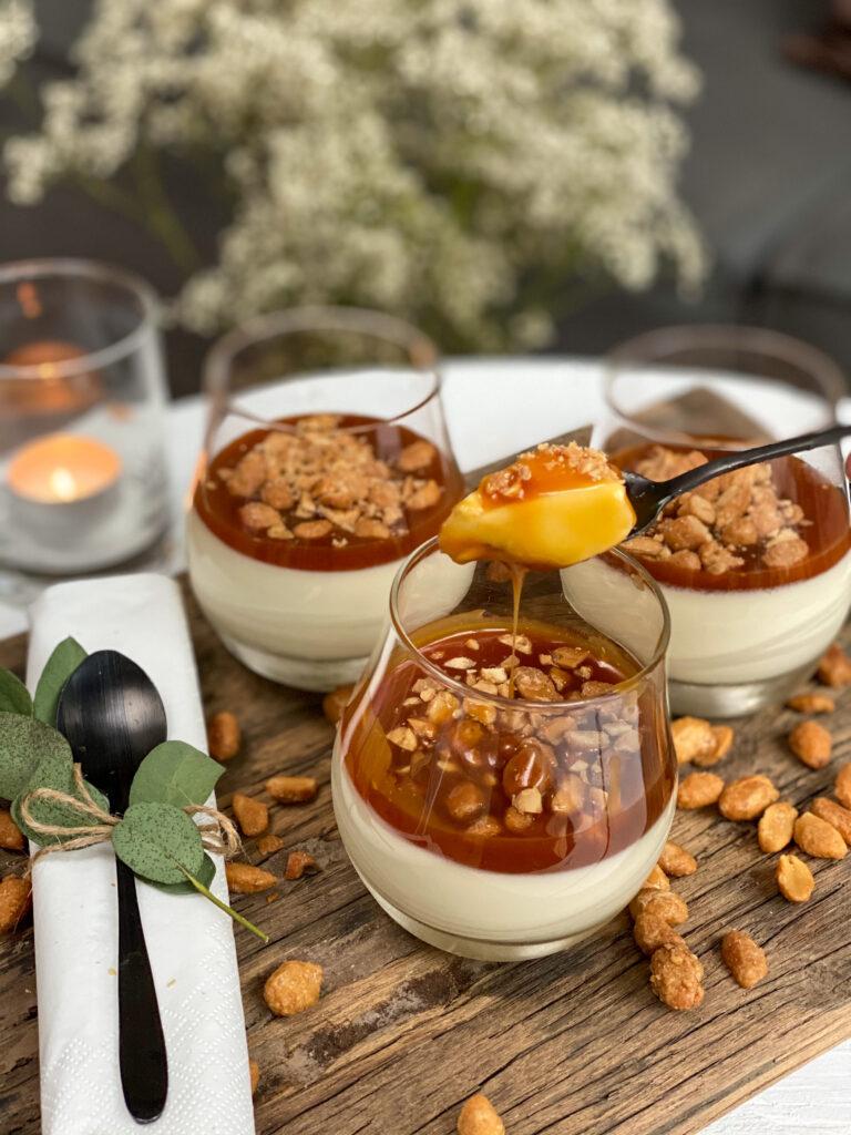 panna cotta met salted caramel en gesuikerde pinda's