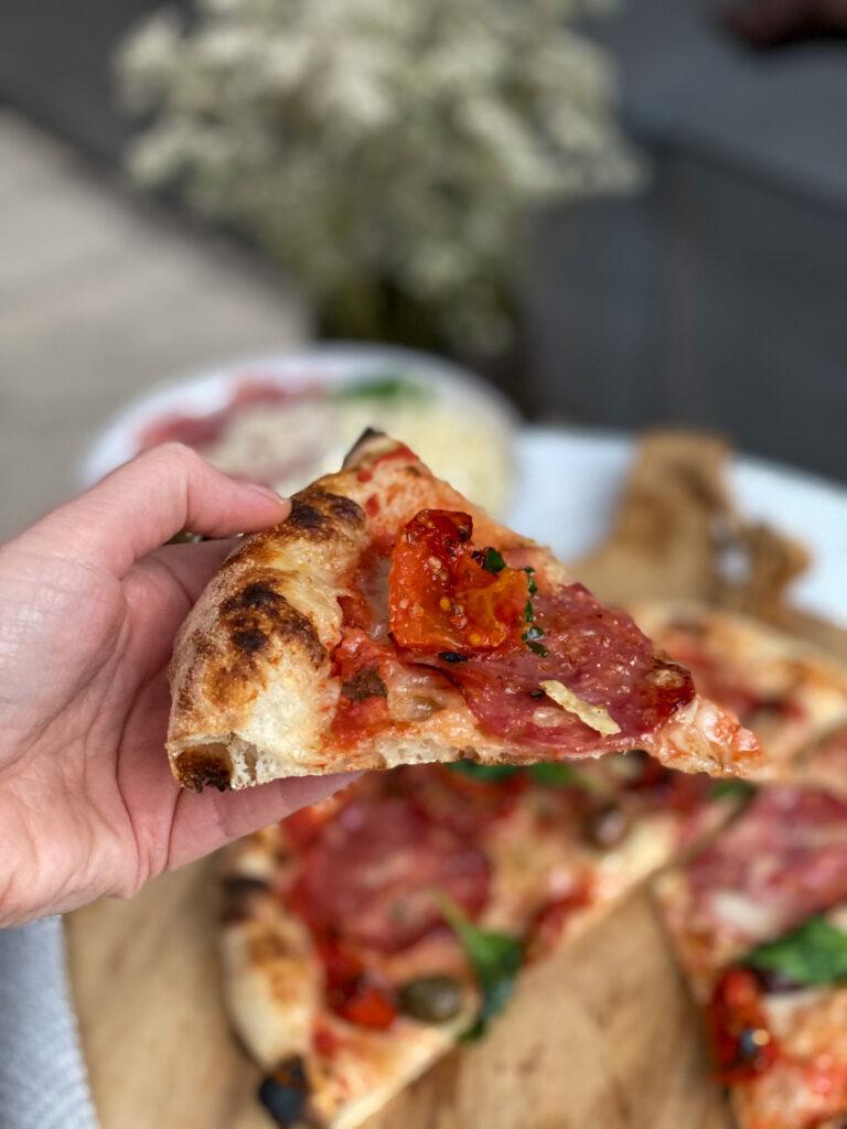 pizza gebakken in de pizzaiolo van Sage
