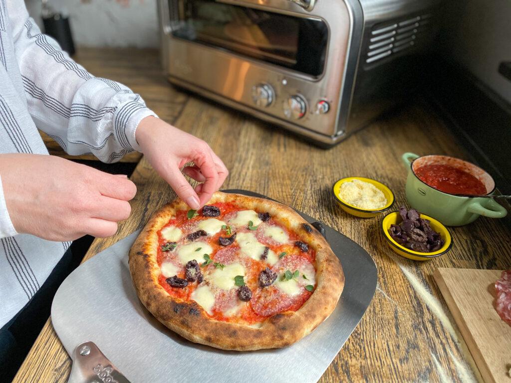 pizza met salami, mozzarella en olijven