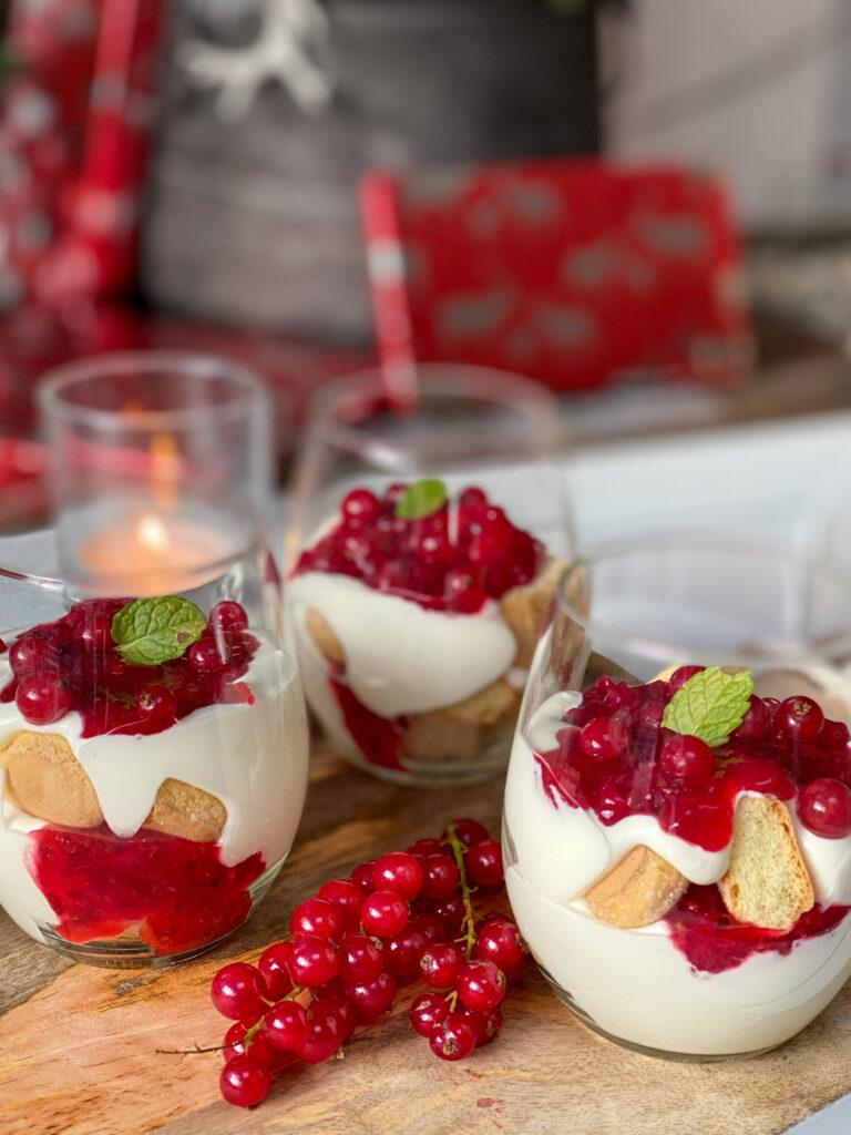 trifle met rode bessen en lange vingers