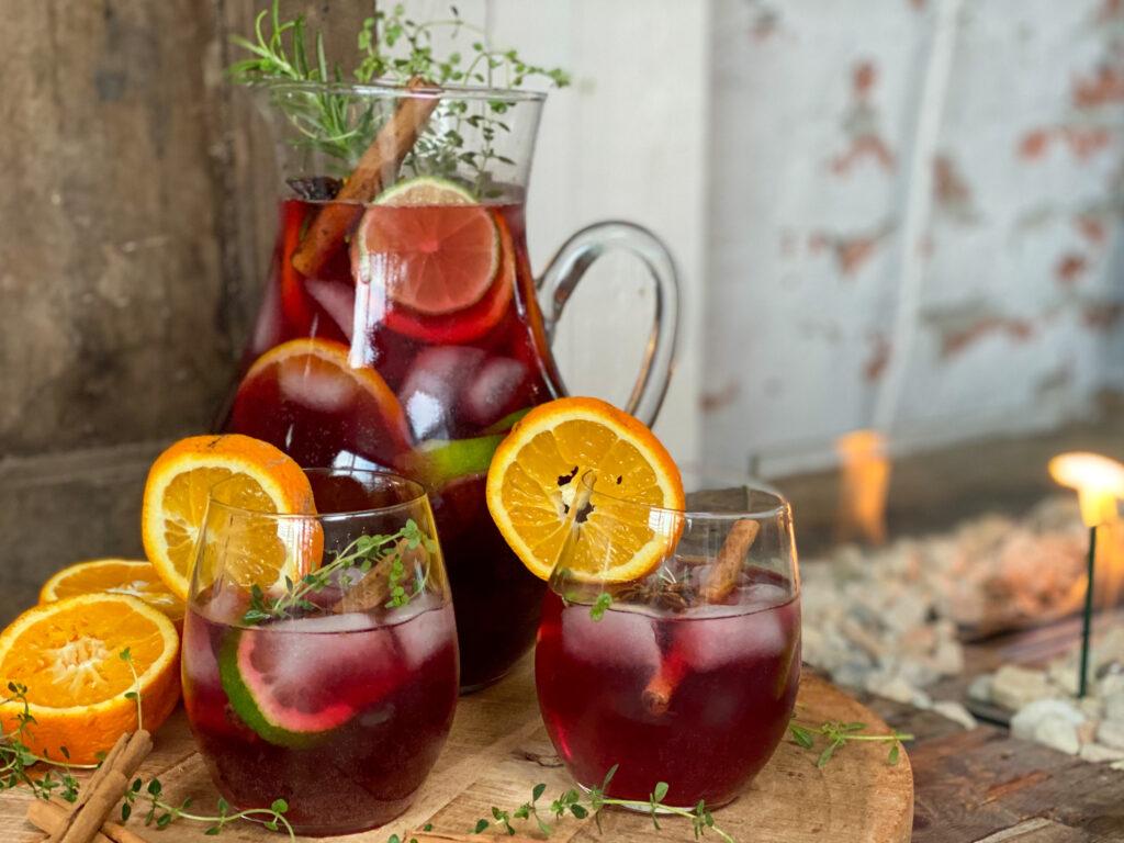 Winterse Sangria met vers fruit, kaneel en steranijs