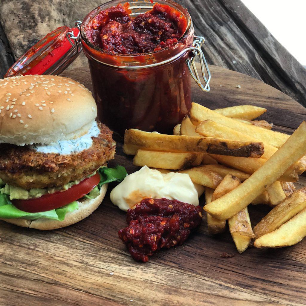 11 burger recepten: visburger met frisse dille-yohurtsaus