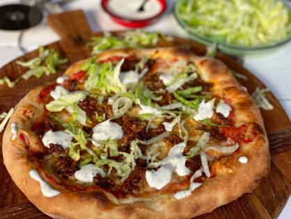pizza met pittig gehakt en frisse saus