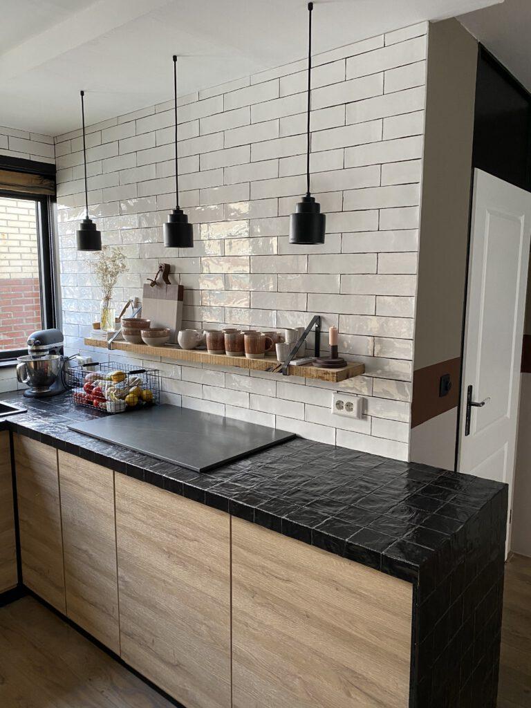 keuken met zwarte tegeltjes en hout