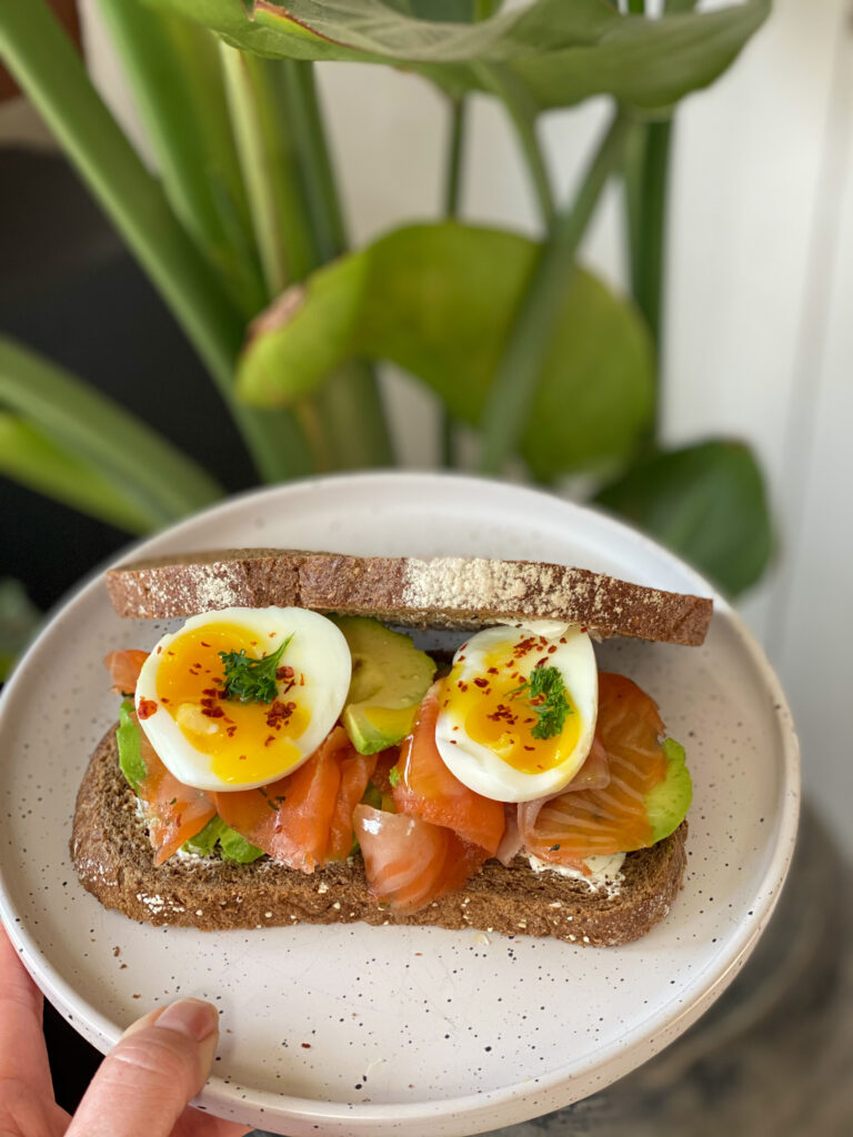 broodje zalm met avocado en zacht gekookt ei
