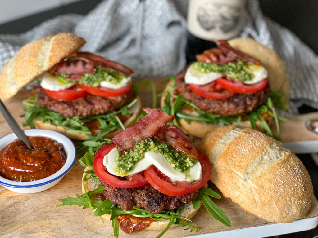 Italiaanse hamburger met pesto, kruidige ketchup en mozzarella