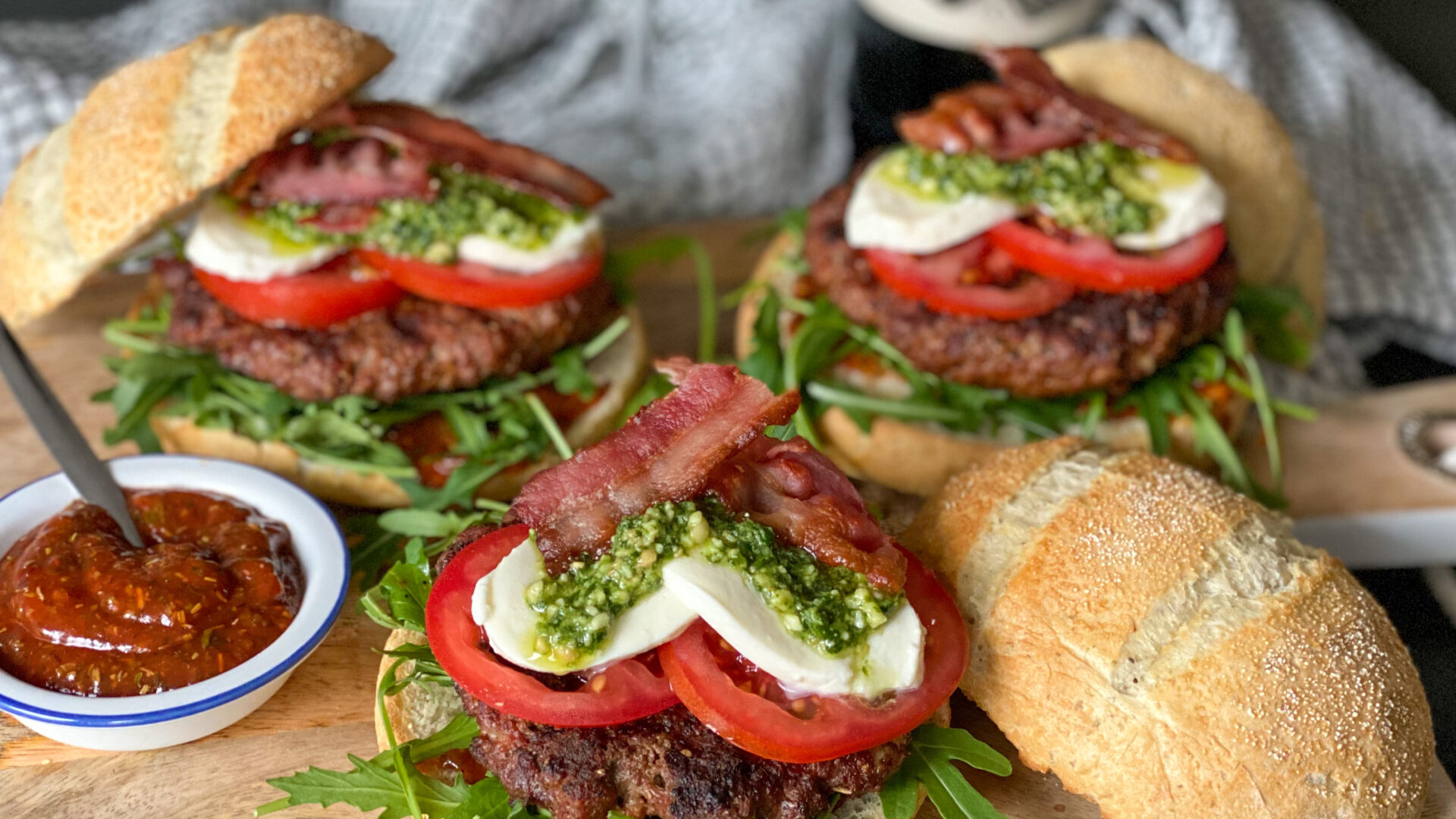Italiaanse hamburger met kruidige ketchup